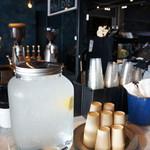 ヤード カフェ - ドリンク写真:レモン水は、セルフで自由に