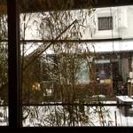 そば処 庄司屋 - 窓からの雪景色。お向かいの白い蔵はカフェです。