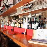 尾道WHARF - 入り口側のカウンター席上には、洋酒のボトルが並びます