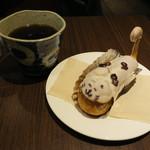 60135208 - 白ブチ猫のエクレア&コーヒー