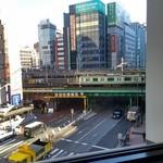 60137796 - 窓から電車が見えます