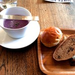 60142202 - 紫芋のスープと焼きたてのパン