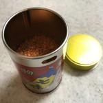 根元 八幡屋礒五郎 - 袋からブリキ缶に入れた七味