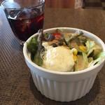 港町珈琲店 - カレーランチにサラダとドリンクバーがセット。