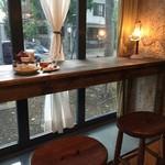 台湾茶房 e~one - カウンターにハイスツールから氷川参道を眺めて