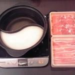 しゃぶ葉 - 鍋上部:白だし/鍋下部:豆乳だし・肉上部:三元豚の肩ロース/肉下部:三元豚バラ【2016年11月撮影】