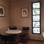 カフェフレール - 奥の小部屋のステンドグラス。幾何学模様と植物具象模様で作られている