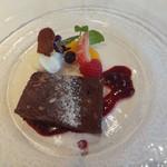 マキャベリ - 木の実とドライフルーツ入りビターチョコのテリーヌ ベリーのソースで