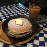 YURT 神戸店 - 発酵バターとメープルシロップのシリアルパンケーキ  ¥680 税抜