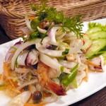 ドゥワンチャン - 【ディナーAコース¥2800】タイ式サラダ。辛さ控えめにしていただきましたが、かなり辛かったです。海鮮たっぷり、春雨ツルツルでおいしかったです。
