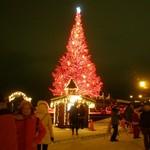 ラッキーピエロ - 赤いクリスマスツリーとミニハウス