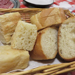 イタリア食堂 キャリー - パン。 フォカッチャみたいなのとバゲットです。