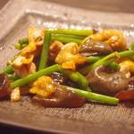 地鳥料理 万徳 別亭 安東 - 地鶏とニニンニクの芽の炒め物(特注メニュー、生キクラゲ入り)
