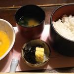 60179024 - (コース)ご飯、味噌汁、卵焼きと昆布佃煮、生玉子