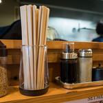 テールラーメンたのしや - 卓上の調味料。新しいお店だけにキレイでオシャレ。