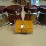 米々亭 - 卓上の漬物と大根おろし無料サービス