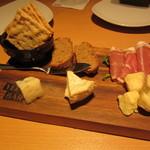YEBISU BAR - チーズと生ハムの盛り合わせ 1382円