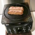 浅草 牛かつ - お好みで焼いていただきます。