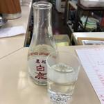 60201765 - 【2016年11月】熱燗、最初の一杯は昭和のオネエサンが注いでくれます、ちなみにオカワリしても同じく最初の一杯はオネエサンが注いでくれます。