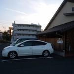 60204503 - 外観。駐車場が広い
