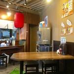 拉麺Shin. - 1階にはテーブル席、カウンター席ございます。