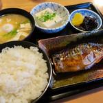 大阪屋食堂 - 魚定食 鯖の煮付け  味噌汁に半熟卵  ごはんも美味しい