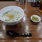 粥餐庁  - 今回は「蒸し鶏とほうれん草の芋かゆ」600円をオーダー。ぴりりとした辛さのザーサイがお供についてきます。