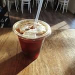 Tucker & Bevvy - アイスコーヒはアメリカンな感じ、て言うか熱いコーヒーを氷に直接入れて冷やしたのかな?
