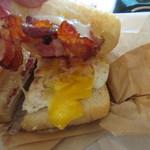 Tucker & Bevvy - 表面をパリッと焼かれたパンの中に玉子とベーコン、チーズを挟んだ朝食です。