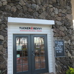 Tucker & Bevvy - お店はワイキキのパークショアホテルの一階にあります。