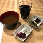 60239273 - 取り放題の味噌汁と漬物とドリンク