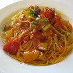 ファーレ ラ コルテ - 夏野菜と鶏肉のピリ辛トマトソース