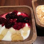 グルマン グリル アンド カフェ - ヨーグルトにはベリージャムと蜂蜜  ミルクをかけたシリアル