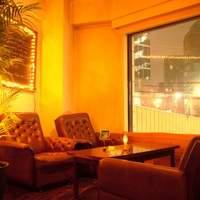 トーチ カフェ - 窓際のソファ席は恵比寿南の交差点を見渡せる開放感ある雰囲気。
