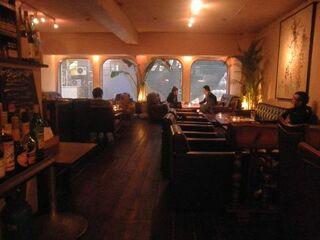 パイル カフェ エビス - 大きな窓の開放感溢れる店内。アンティークの家具が落ち着いた雰囲気を醸し出します。