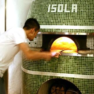 薪窯400度の高温で焼き上げるこだわりのピッツァをご堪能