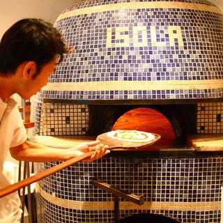 南イタリアの石窯職人が作った薪窯で焼く本格ナポリピッツァ