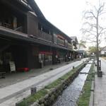 茶呑み処 いわぶち - 店の横にある小川