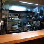 ナトワ - カウンター越しに厨房