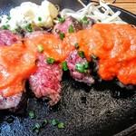 炭火焼ハンバーガー&ステーキ チェリーズ - 以前はなかったトマトガーリックソースをかけたところ。塩気は控えめ。