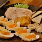 燻製と地ビール 和知 - 燻製4種盛り 玉子 イブリガッコ 豆腐 鶏肉