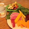 アダムス オーサム パイ - 料理写真:根津青果特製のサラダバー。野菜の旬に合わせてラインナップが変わります。手作りバーにゃソースをつけてお召し上がり下さい。
