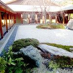 ガーデンレストラン徳川園 - レストランの入り口は正面中央