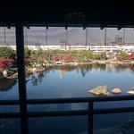 ガーデンレストラン徳川園 - レストラン内部から徳川園の池を見下ろす。