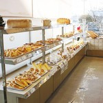 ヤママン - 広い店内にパンとサンドイッチと総菜がたくさん