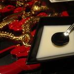 Nanshoumantouten - ゴージャスなテーブルに乗った杏仁豆腐
