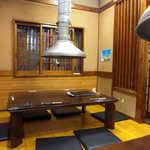 八輪 - テーブル席には排煙ダクトも完備され、快適に焼肉を楽しめる