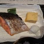 60280340 - メインの焼き鮭。卵焼きも温かいです。