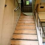 カレー屋バンバン - 階段を上がって2Fへ