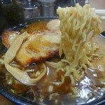 江戸一 - 麺は、太麺を選んでみました。マー油で表面がコーティングされており、スープは最後まで熱々です。